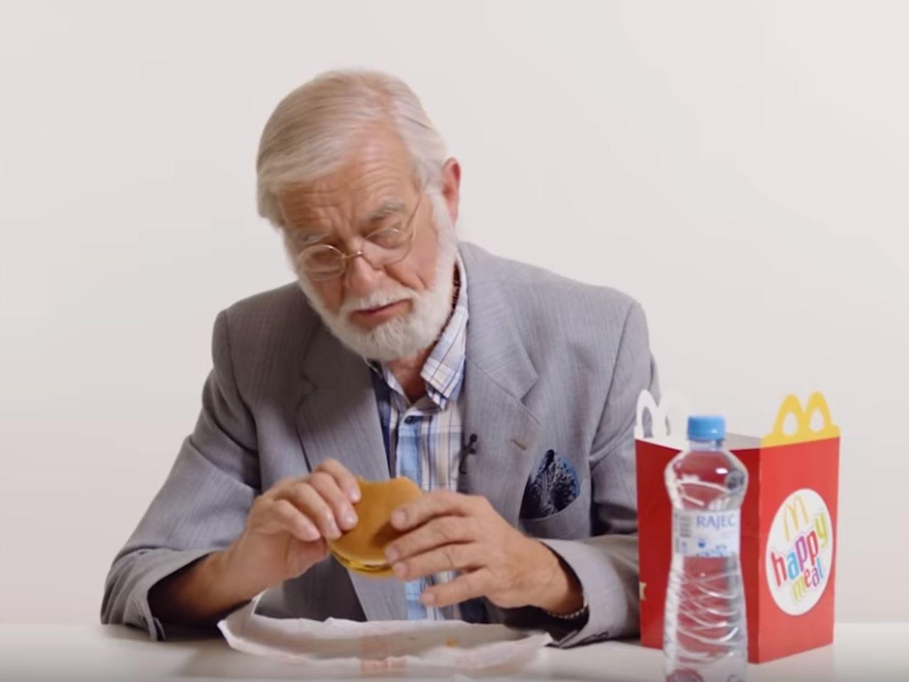 Důchodci zkouší McDonalds